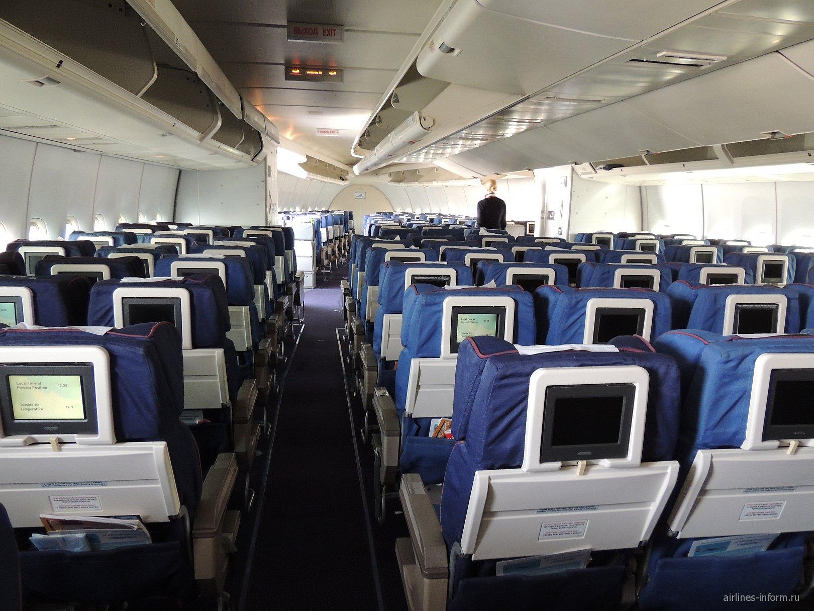 """Носовая часть пассажирского салона в самолете Боинг-747-400 авиакомпании """"Трансаэро"""""""