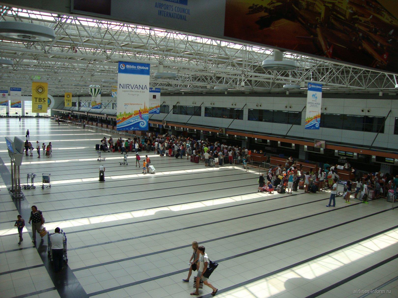 Зал регистрации на рейсы в Терминале 2 аэропорта Анталья