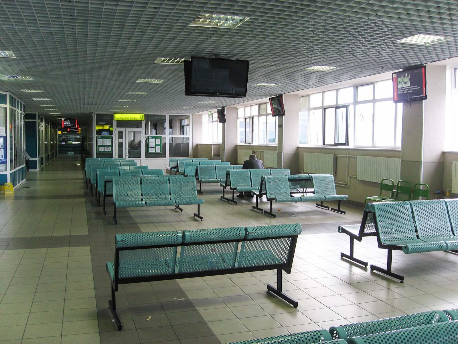 Зал ожидания на втором этаже аэропорта Сургут