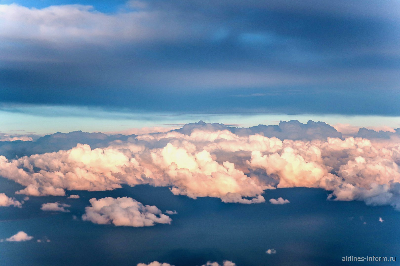 Освещенные солнцем вечерние облака
