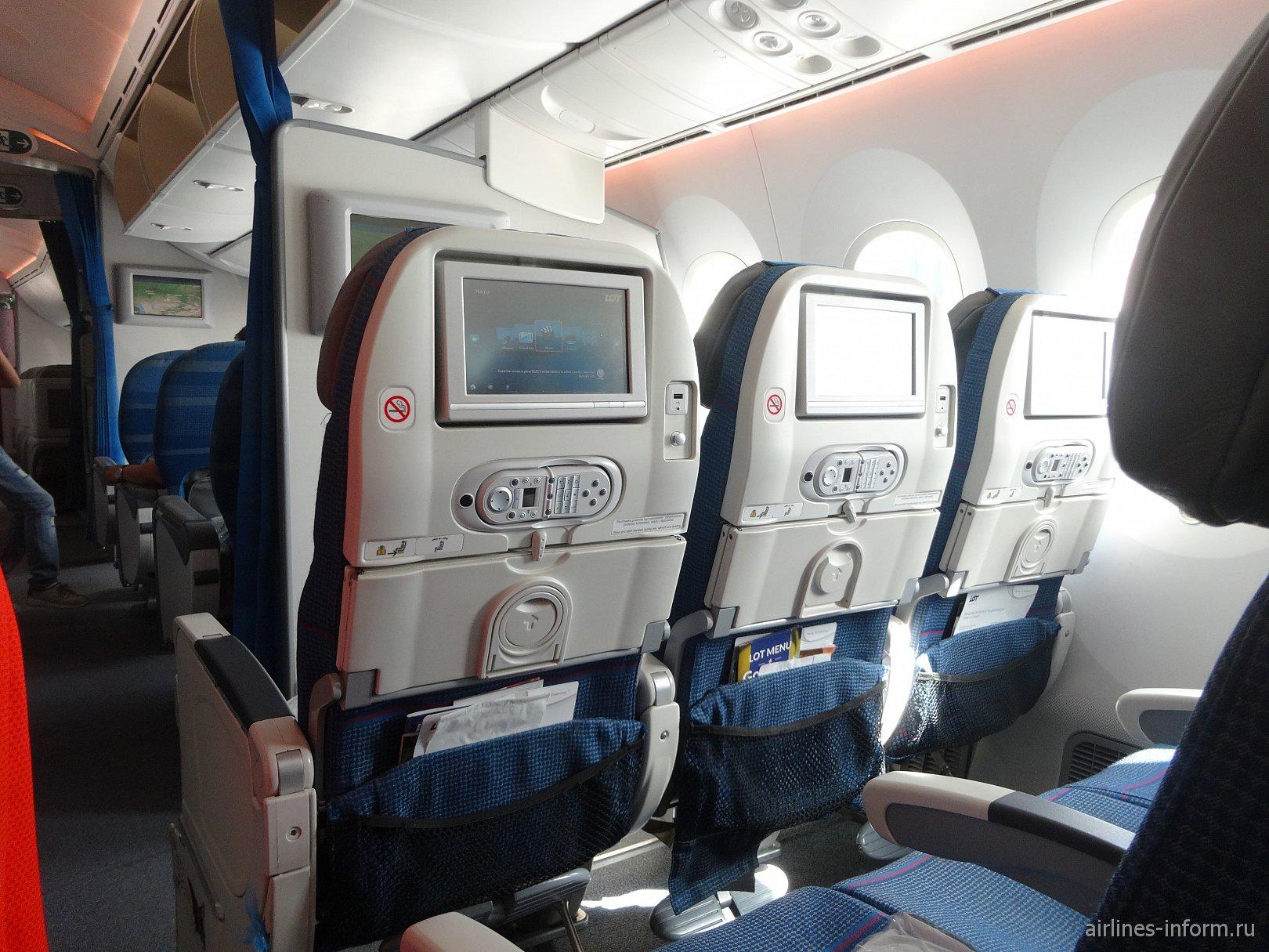 Кресла со встроенной системой развлечений в Боинге-787-8 авиакомпании LOT