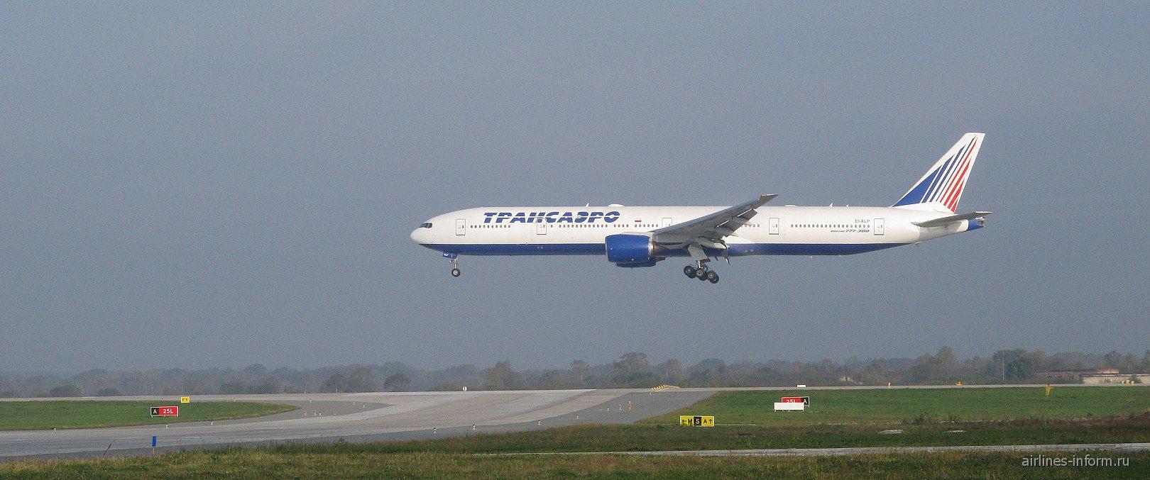 Боинг-777-300 Трансаэро в аэропорту Владивостока