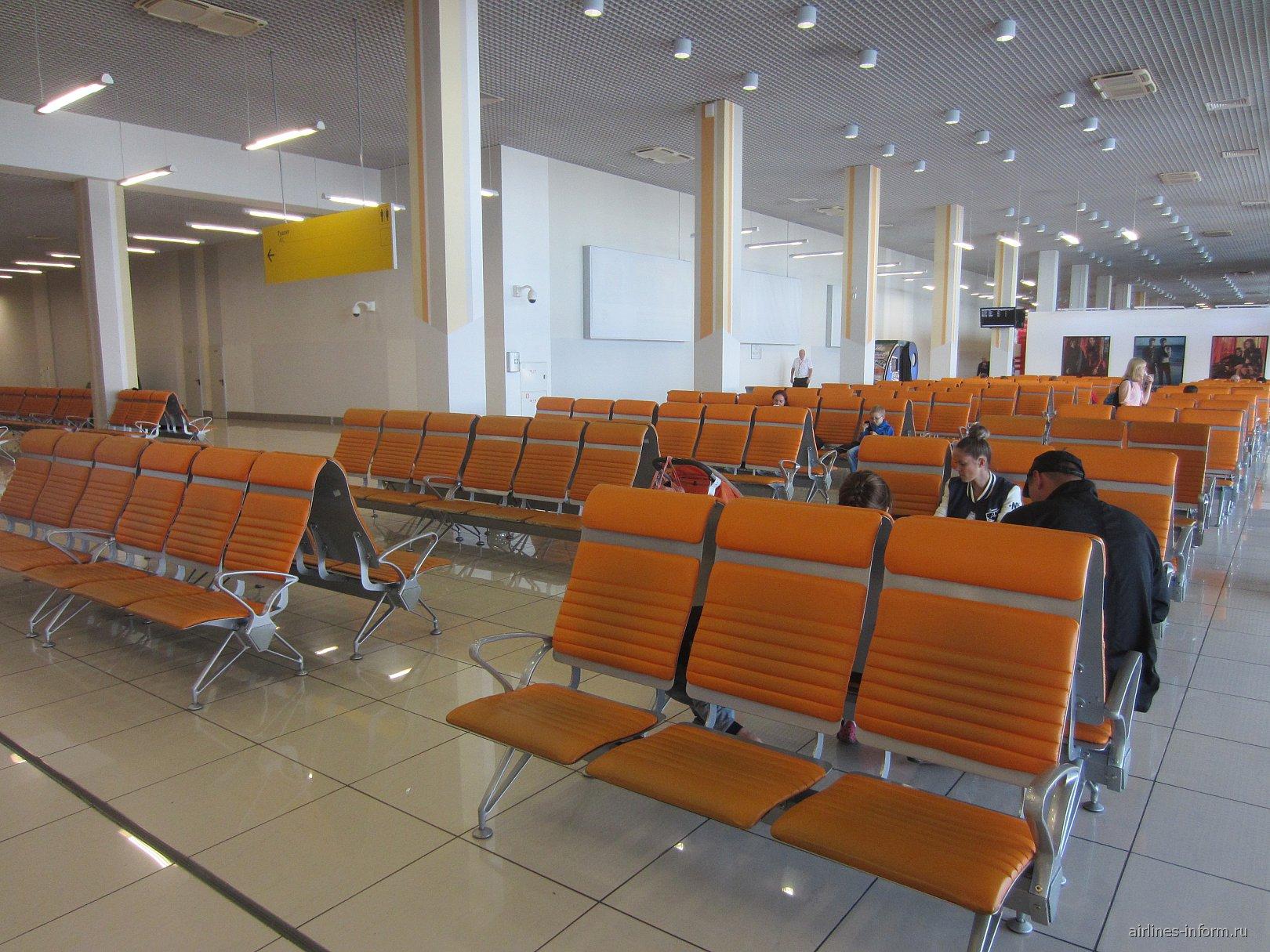 Зал ожидания в чистой зоне международного терминала аэропорта Кольцово