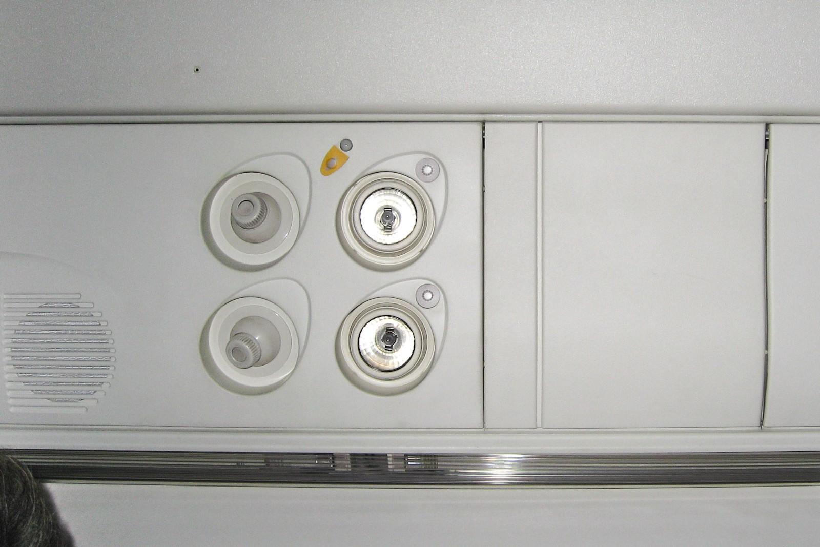 Панель над пассажирским креслом в самолете Bombardier Dash 8Q-400