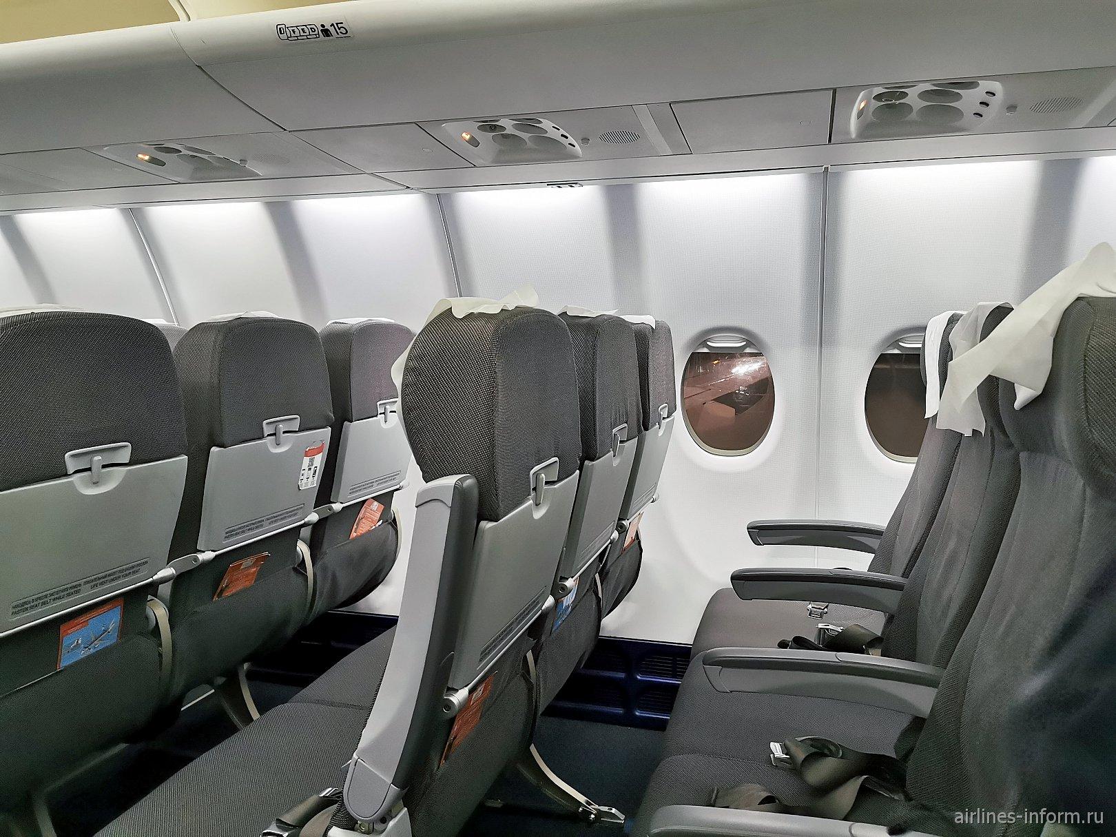 """Пассажирские кресла в самолете Сухой Суперджет-100 авиакомпании """"Азимут"""""""
