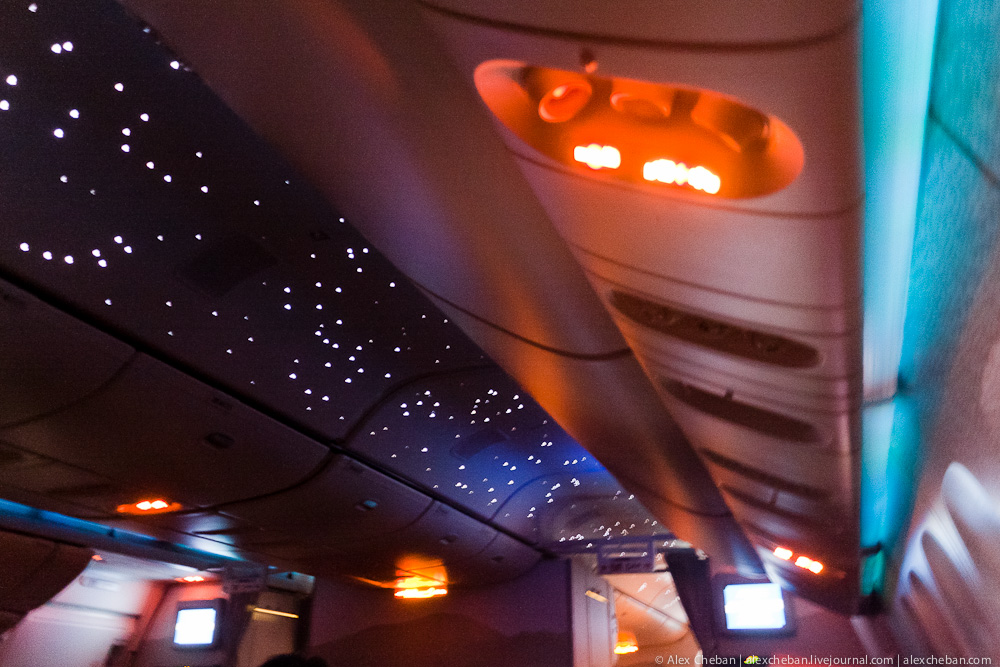 Ночная подсветка салона на борту самолета авиакомпании Emirates