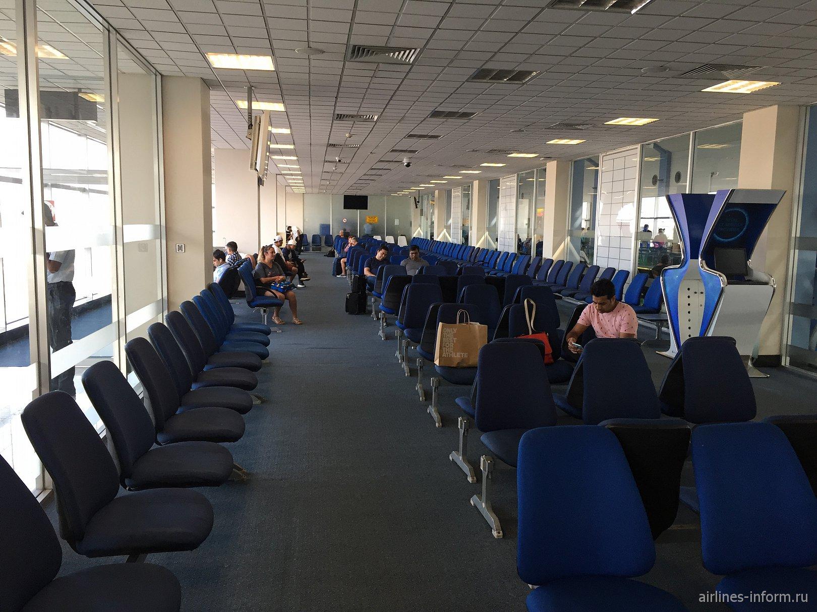 Зал ожидания перед выходом к телетрапу в аэропорту Коломбо Бандаранайке
