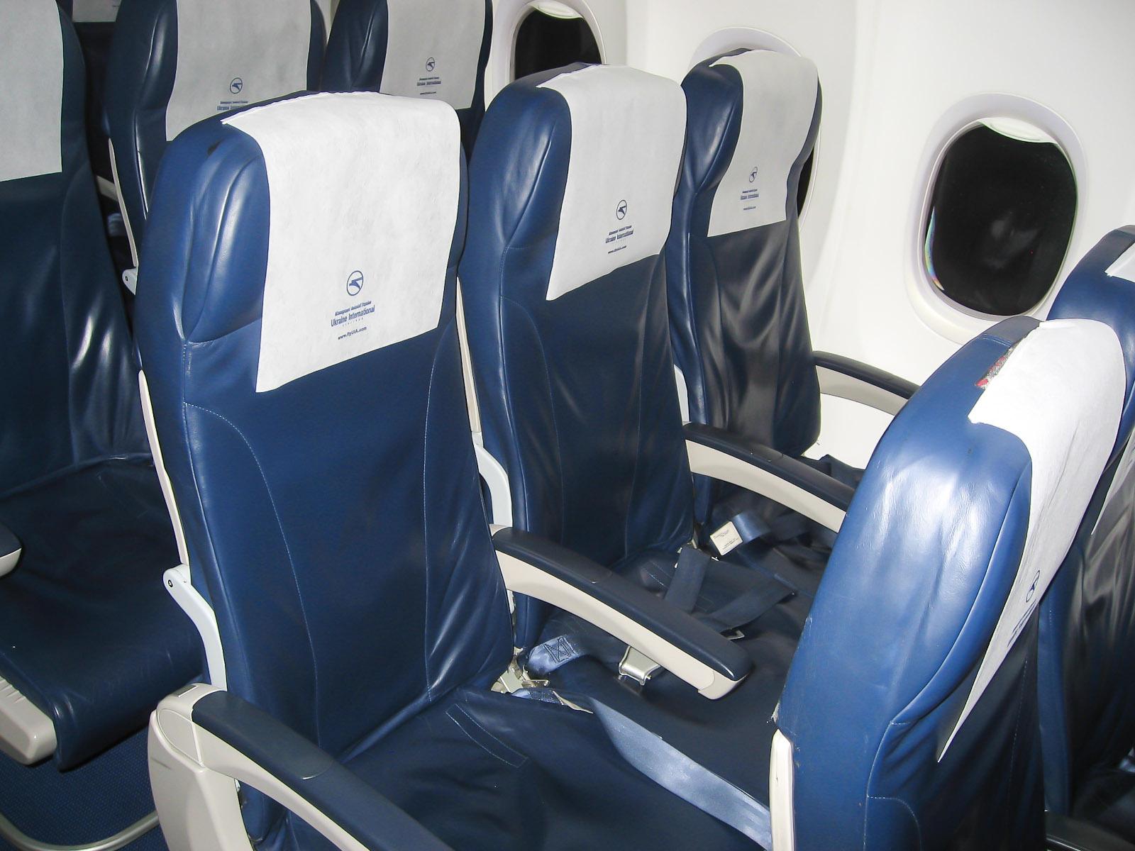 Кресла экономического класса в самолете Боинг-737-800 Международных авиалиний Украины