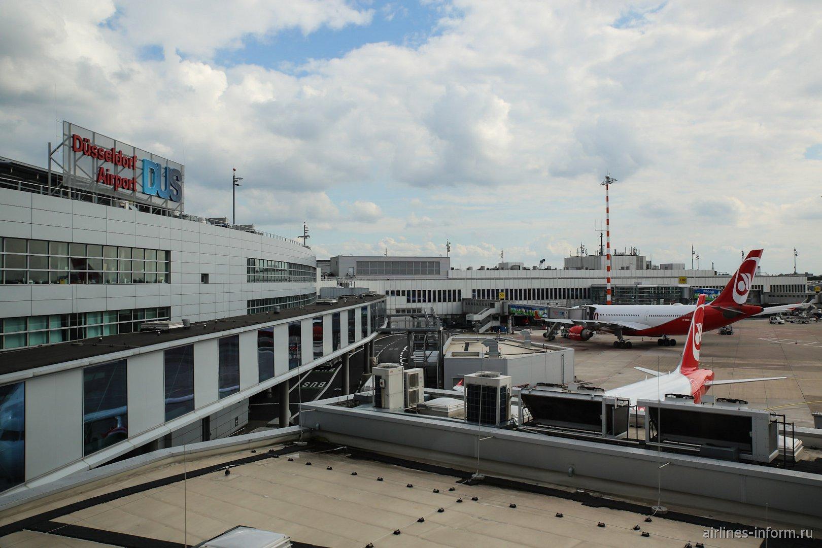 Вид на аэровокзал со смотровой площадки в аэропорту Дюссельдорфа