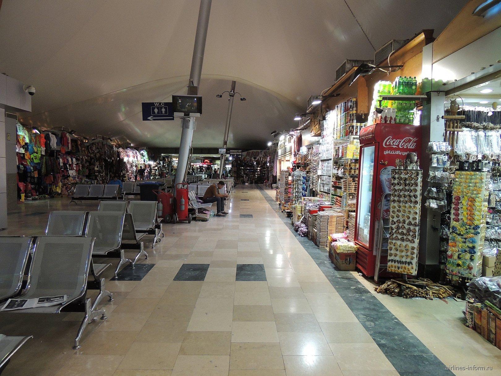Арабский рынок в чистой зоне терминала 2 аэропорта Хургада