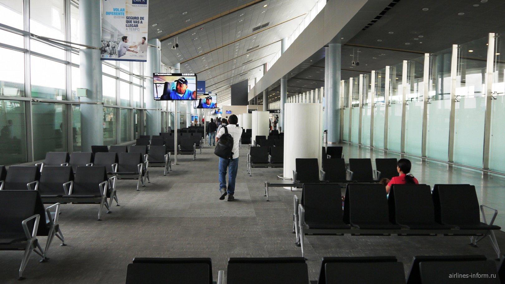 Зал ожидания в чистой зоне терминала внутренних рейсов аэропорта Богота Эльдорадо