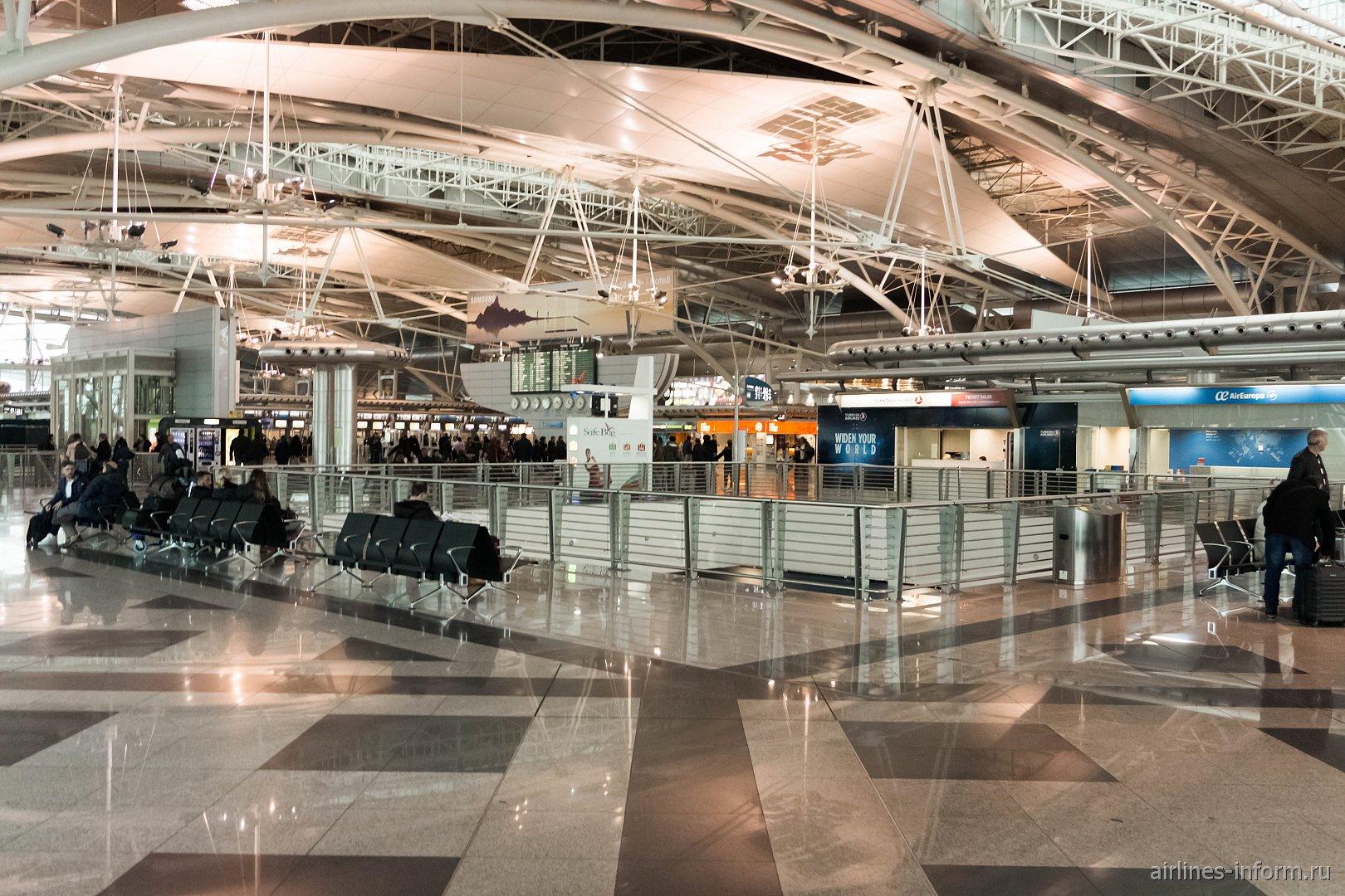 В пассажирском терминале аэропорта Порту - Франсишку Са Карнейру
