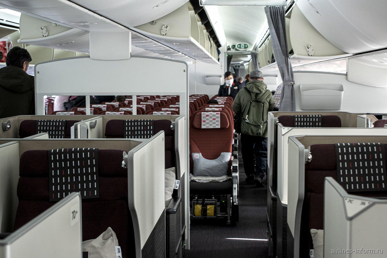 Пассажирский салон бизнес-класса в Боинге-787-8 авиакомпании JAL
