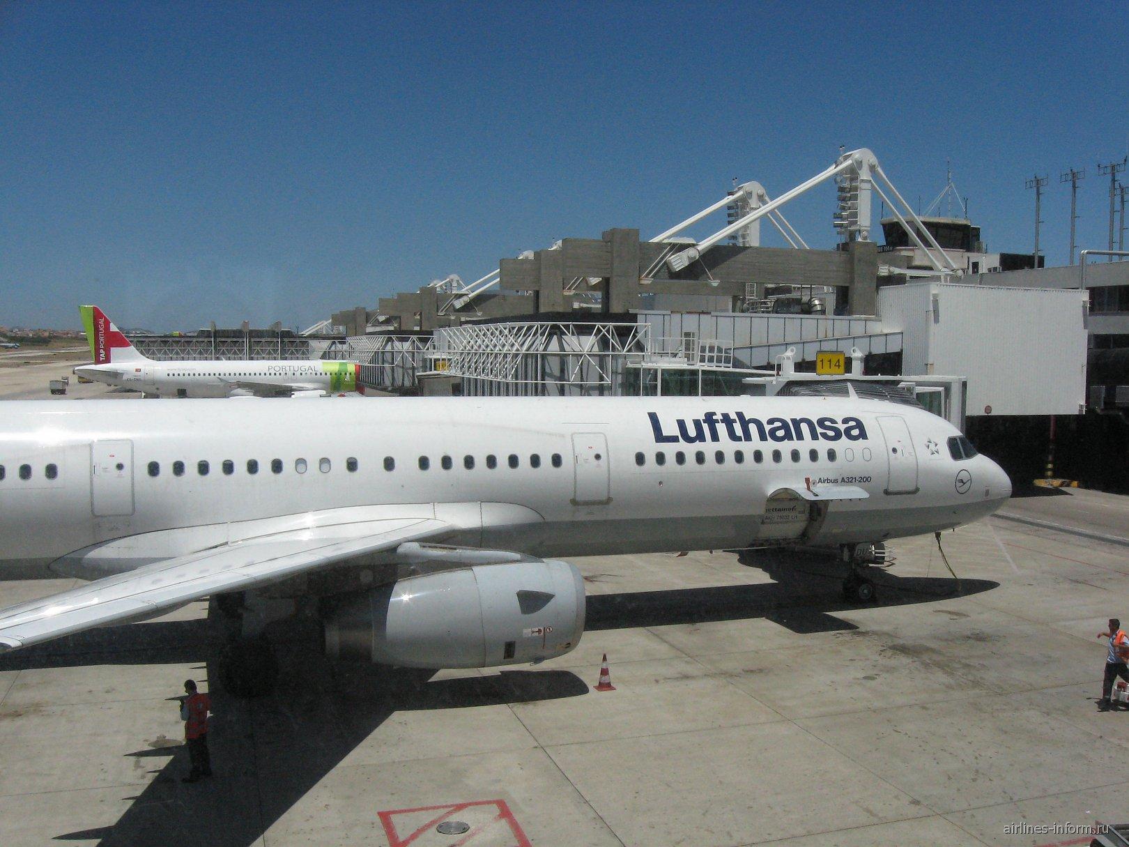 Самолеты у терминала 1 аэропорта Лиссабон Портела