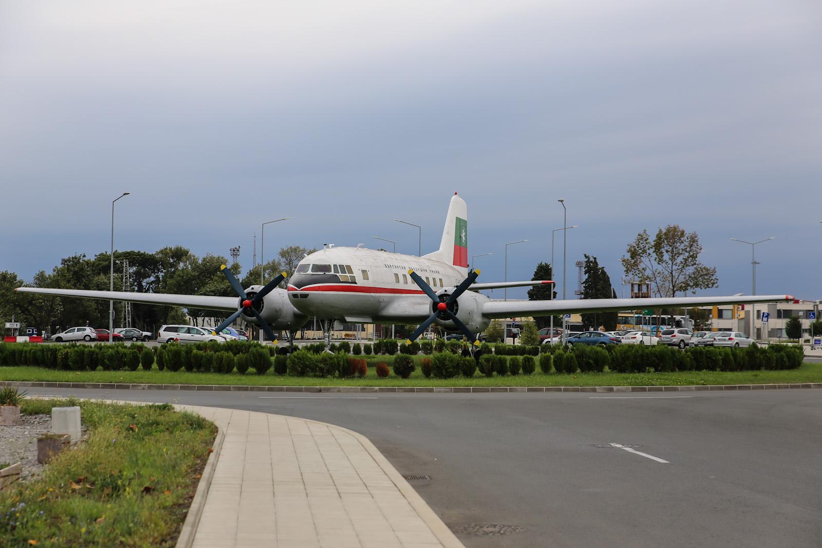Памятник самолету Ил-14 в аэропорту Бургас