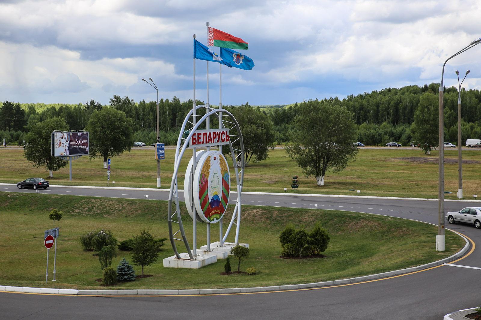 Герб Беларуси в аэропорту Минска