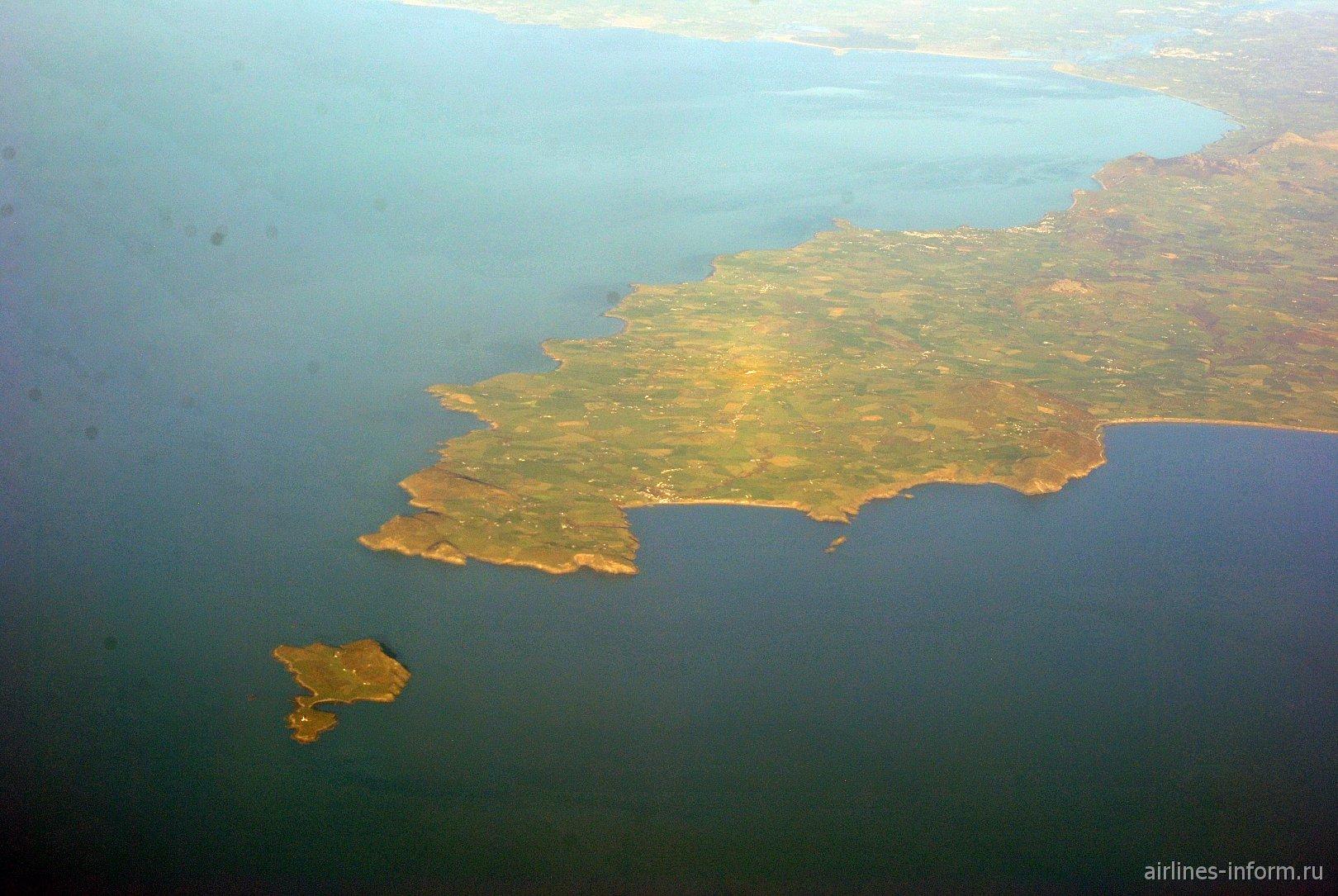 Полуостров Llyn с близлежащим островом Bardsey. Уэльс.