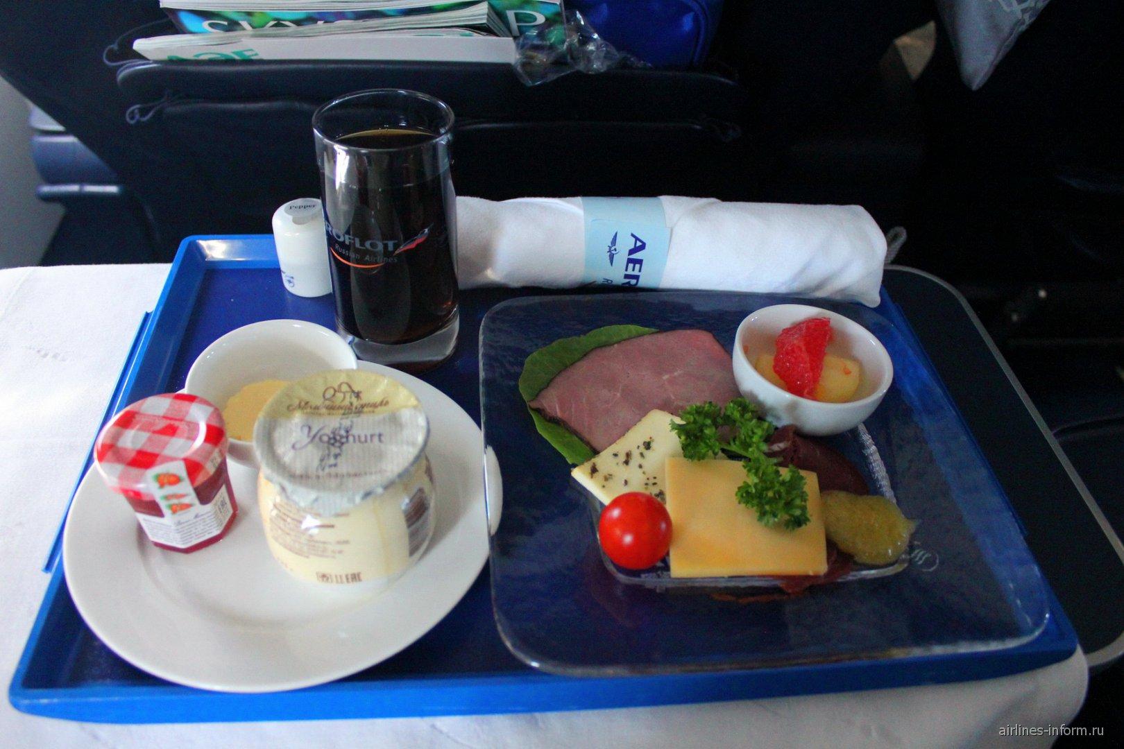 Холодные закуски в бизнес-классе Аэрофлота на рейсе Москва-Тиват