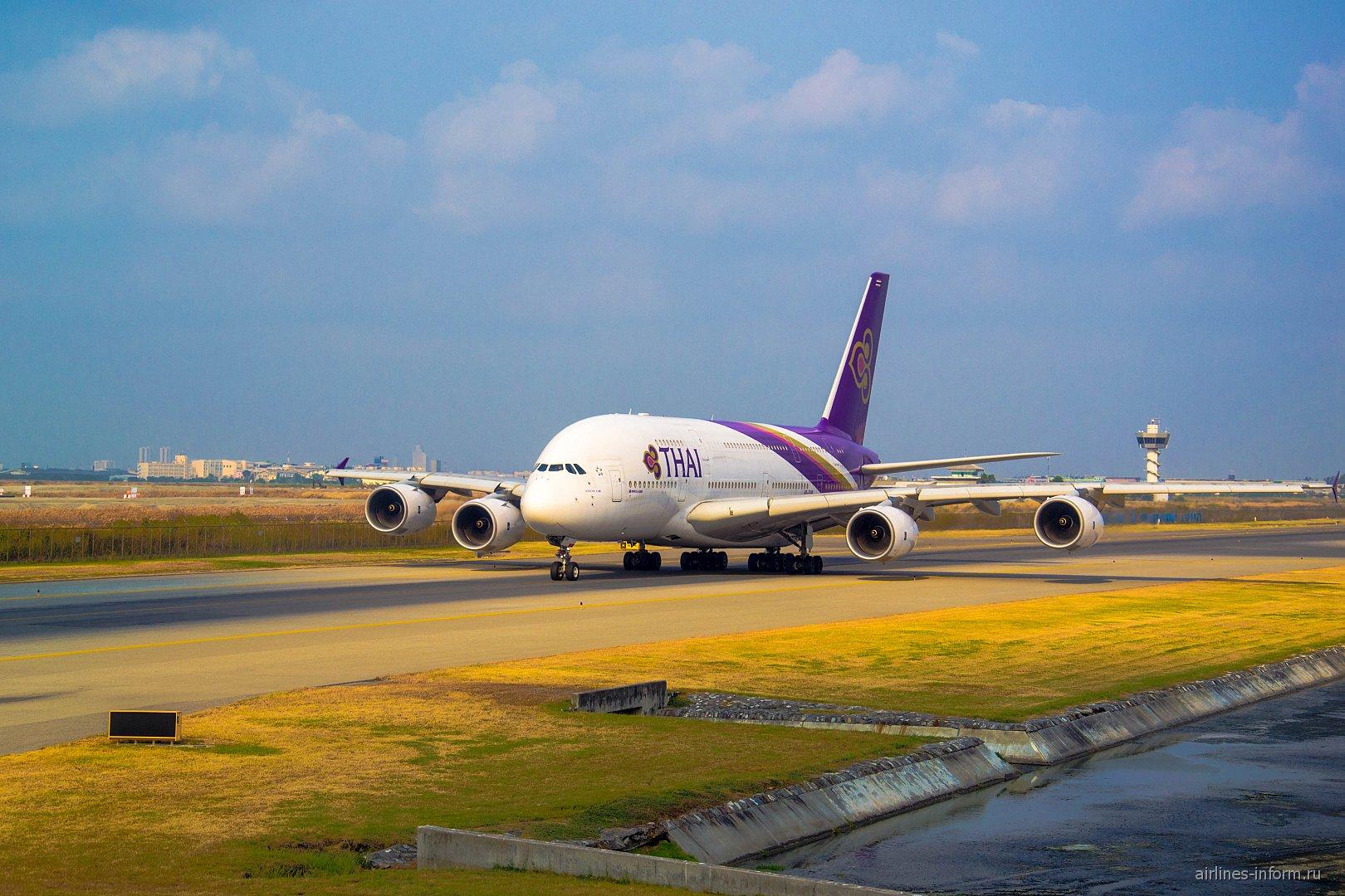 Airbus A380 Тайских авиалиний в аэропорту Бангкок Суварнабуми