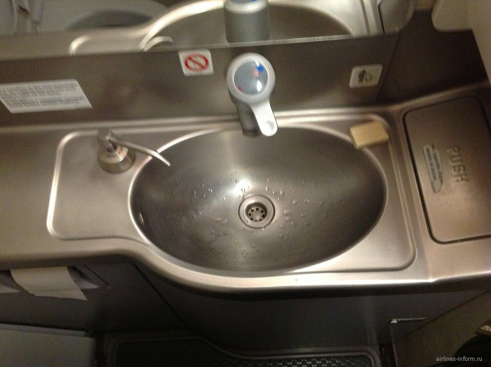 Туалет  в самолете Airbus A320 авиакомпании Владивосток Авиа