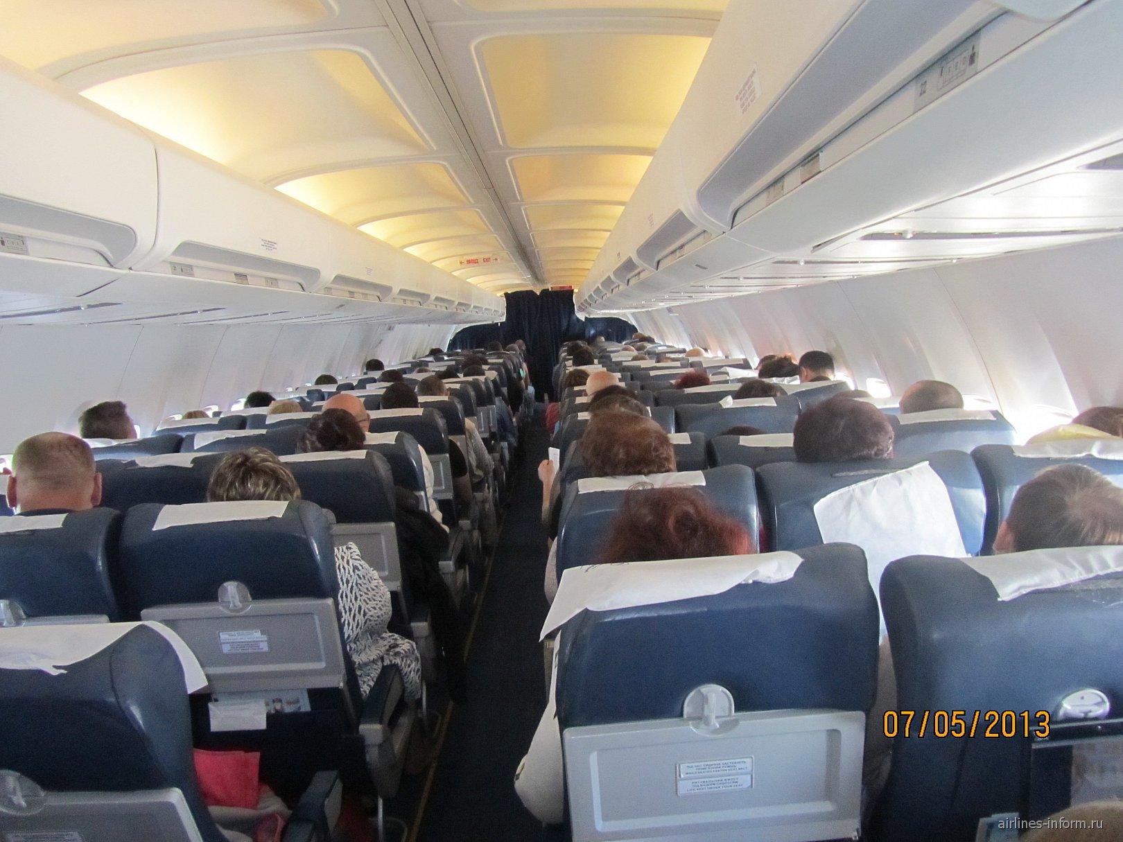 Салон самолета Боинг-737-300 Международных авиалиний Украины