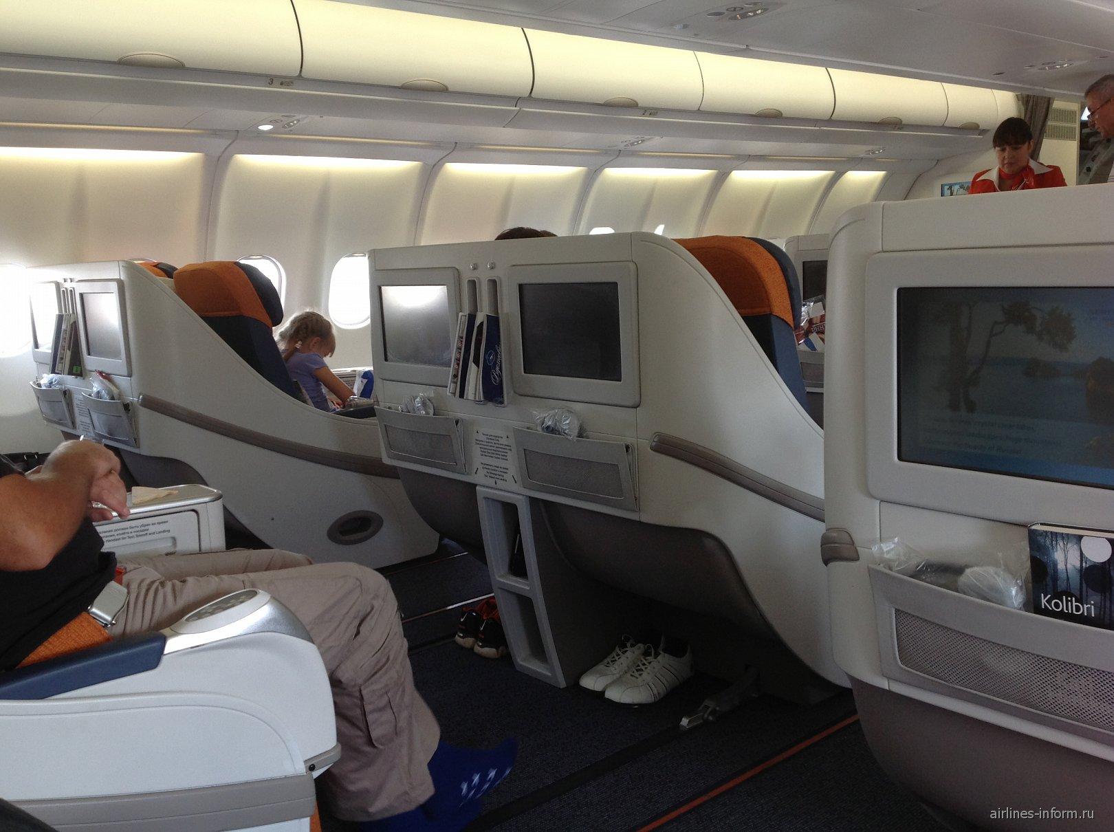 Салон бизнес-класса в самолета Airbus A330-300 авиакомпании Аэрофлот