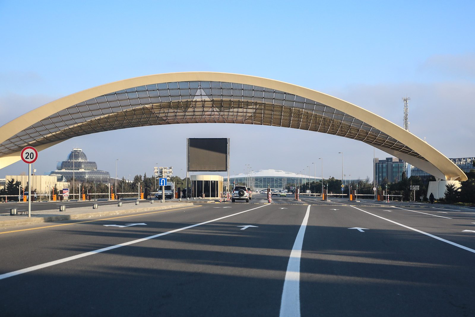 Арка при въезде в аэропорт Баку имени Гейдара Алиева