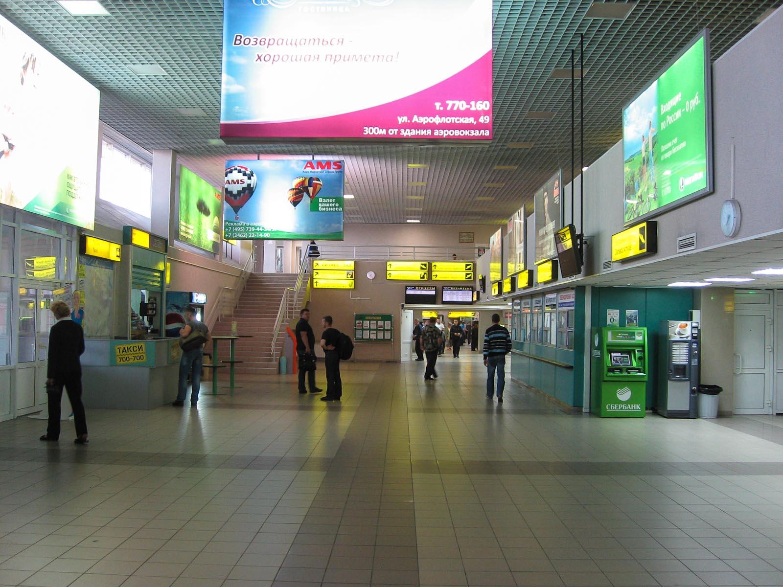 Зал прилета в аэропорту Сургут