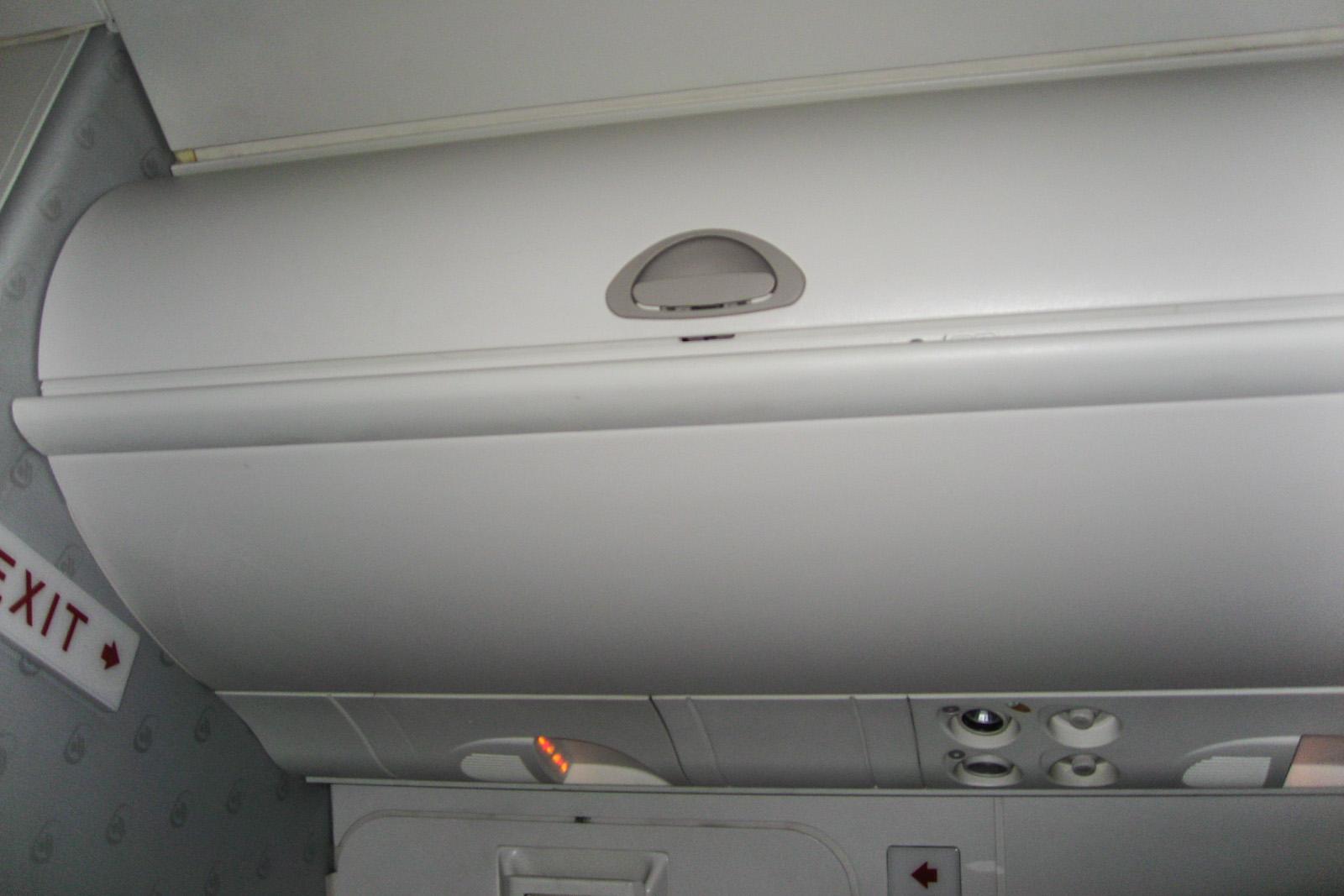 Багажная полка в самолете Bombardier Dash 8Q-400