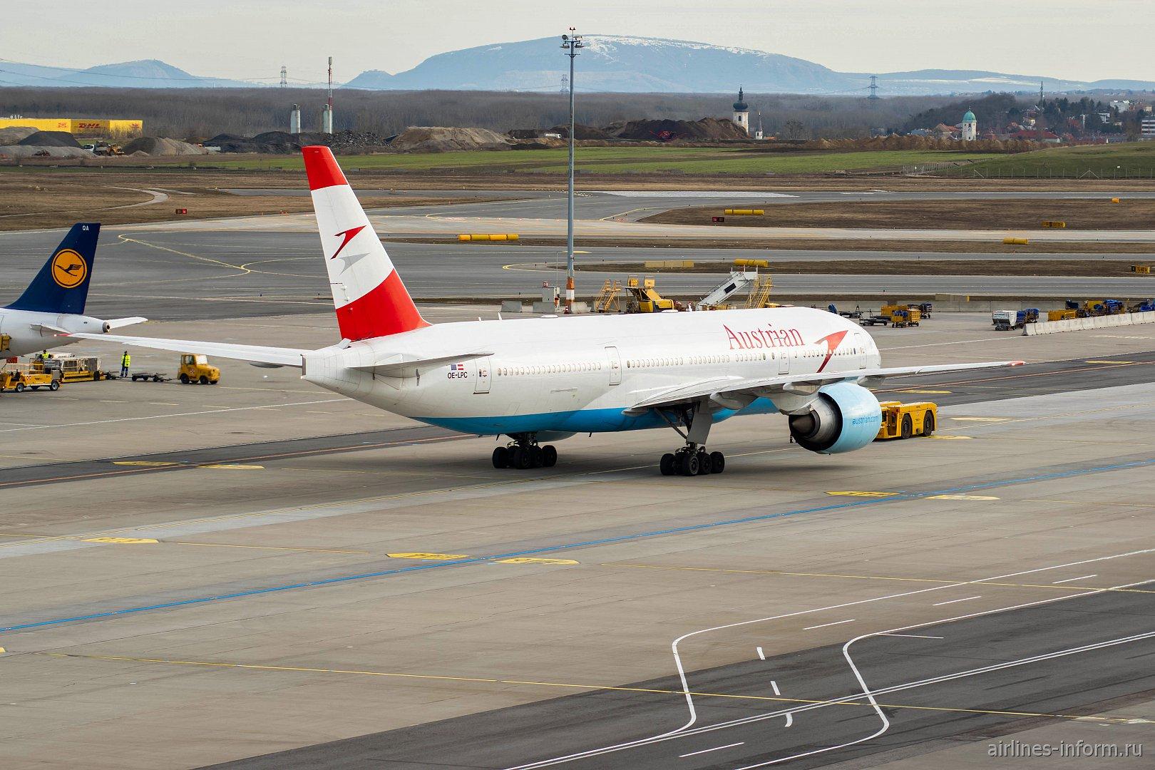 Буксировка самолета Боинг-777-200 Австрийских авиалиний (рег. номер OE-LPC) в аэропорту Вены
