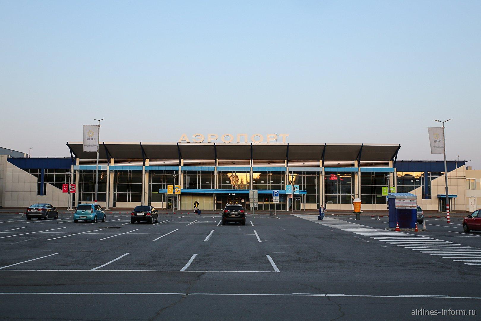 Автомобильная парковка у входа в пассажирский терминал аэропорта Томск