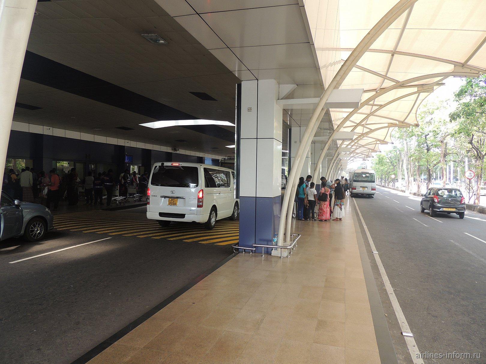У входа в аэропорт Коломбо Бандаранайке