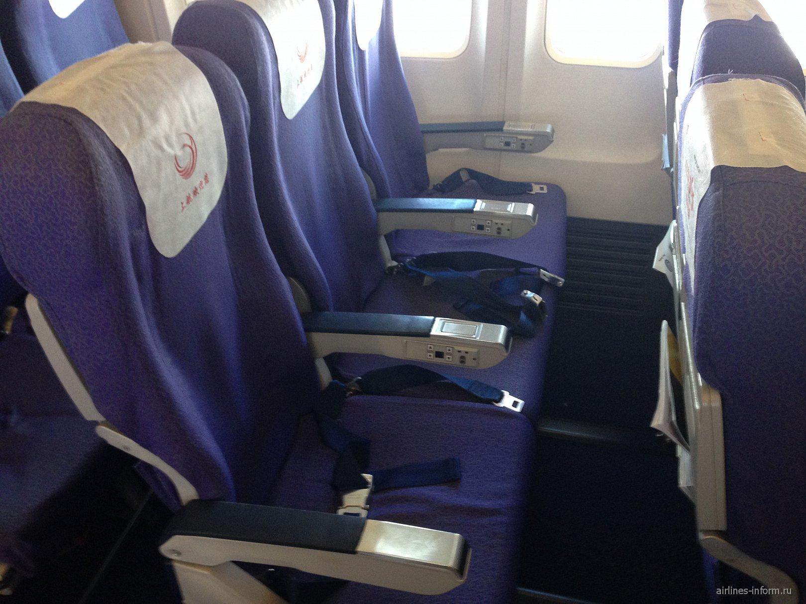 Кресла экономического класса в Боинге-737-800 Шанхайских авиалиний