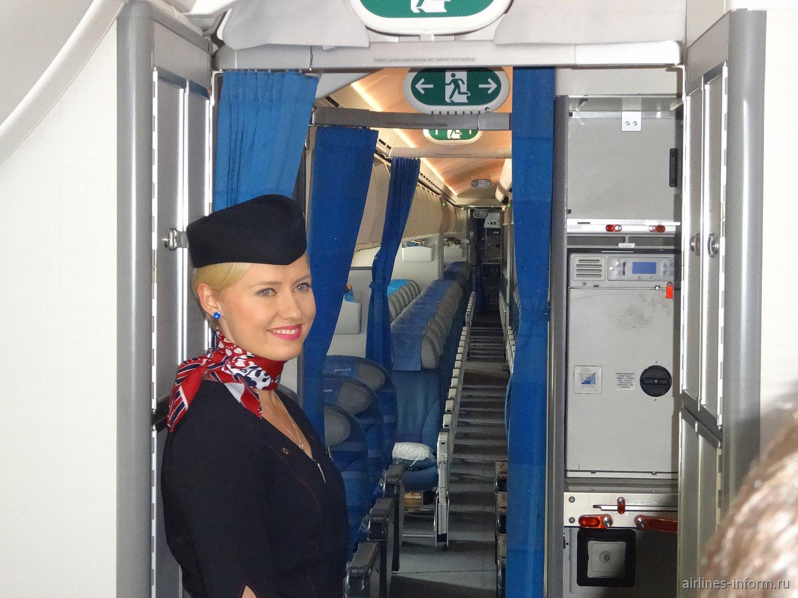 Стюардесса польской авиакомпании LOT