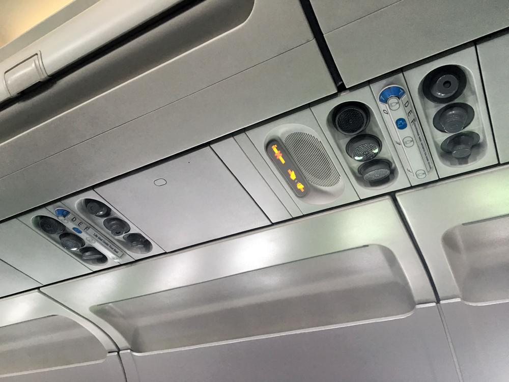 Панель над пассажирским креслом в самолете Airbus A319