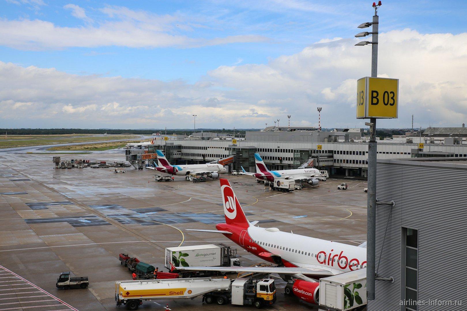 Вид на перрон со смотровой площадки в аэропорту Дюссельдорфа