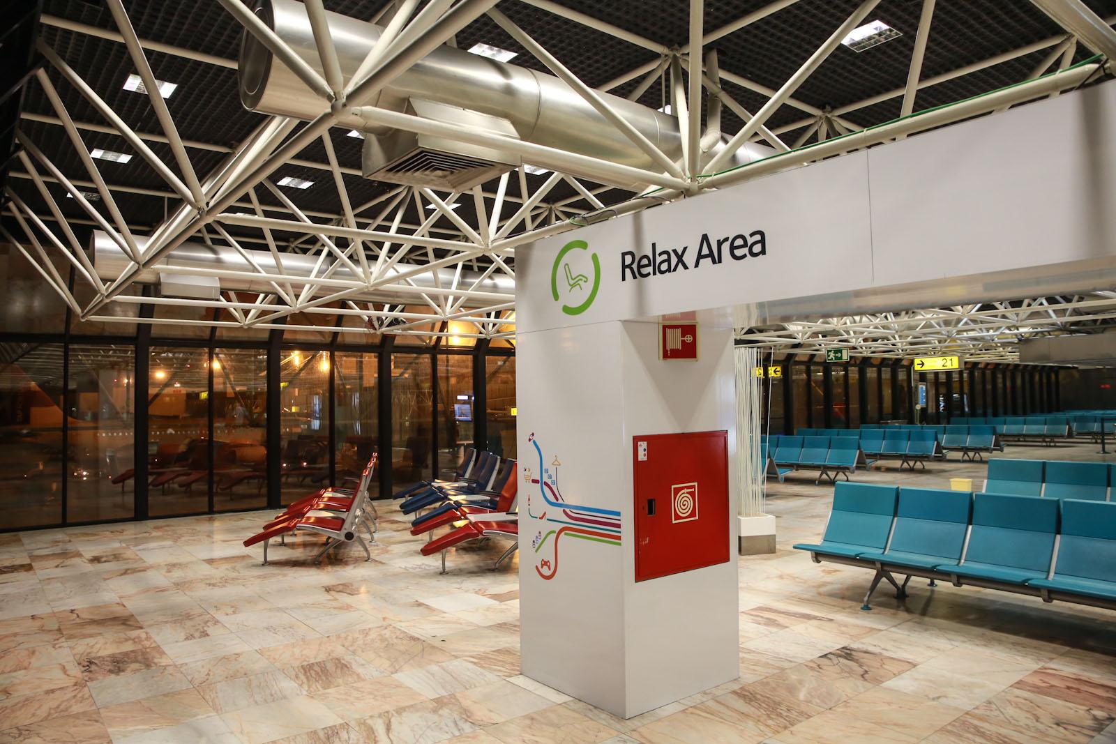 Зона отдыха в чистой зоне терминала 1 аэропорта Лиссабон Портела