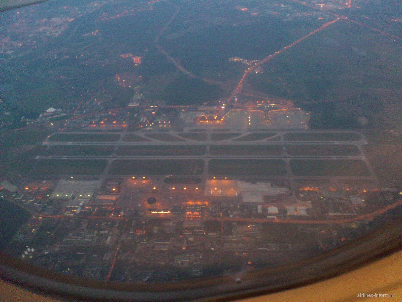 Вид из иллюминатора на аэропорт Шереметьево