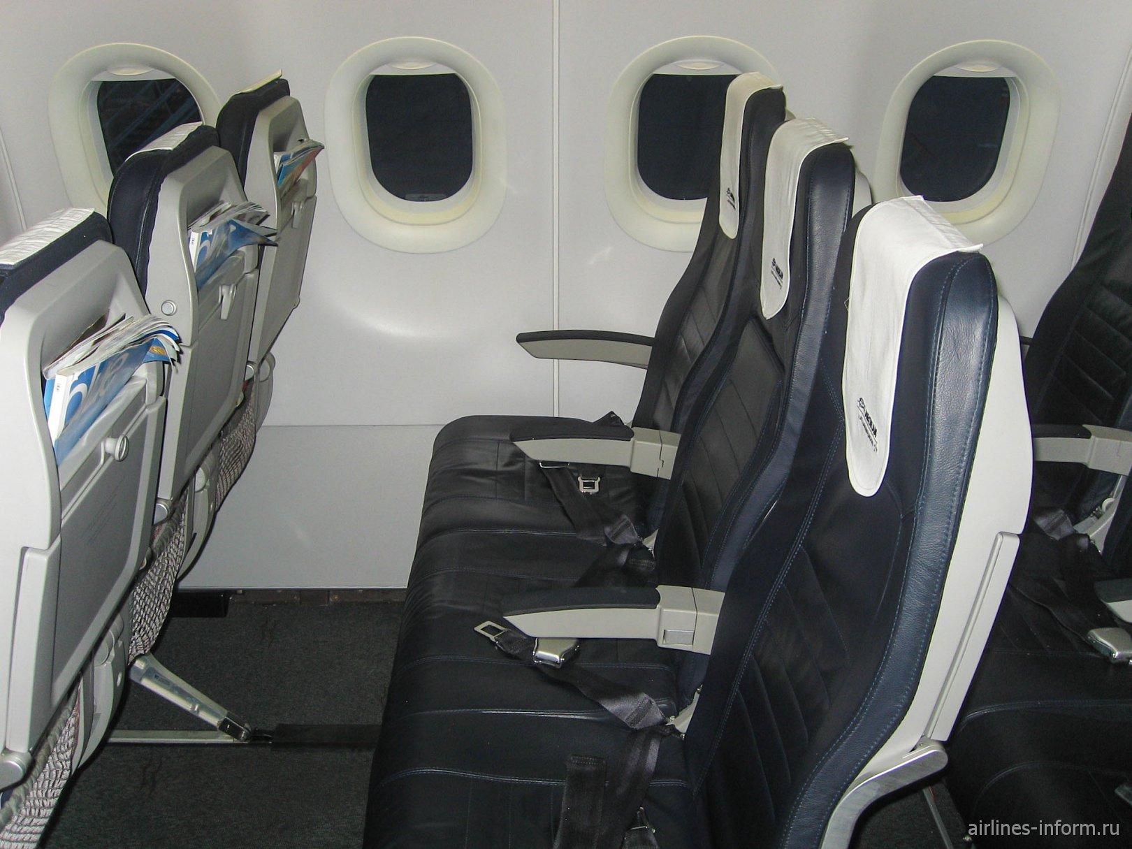 Пассажирские кресла в самолете Airbus A320 Эгейских авиалиний