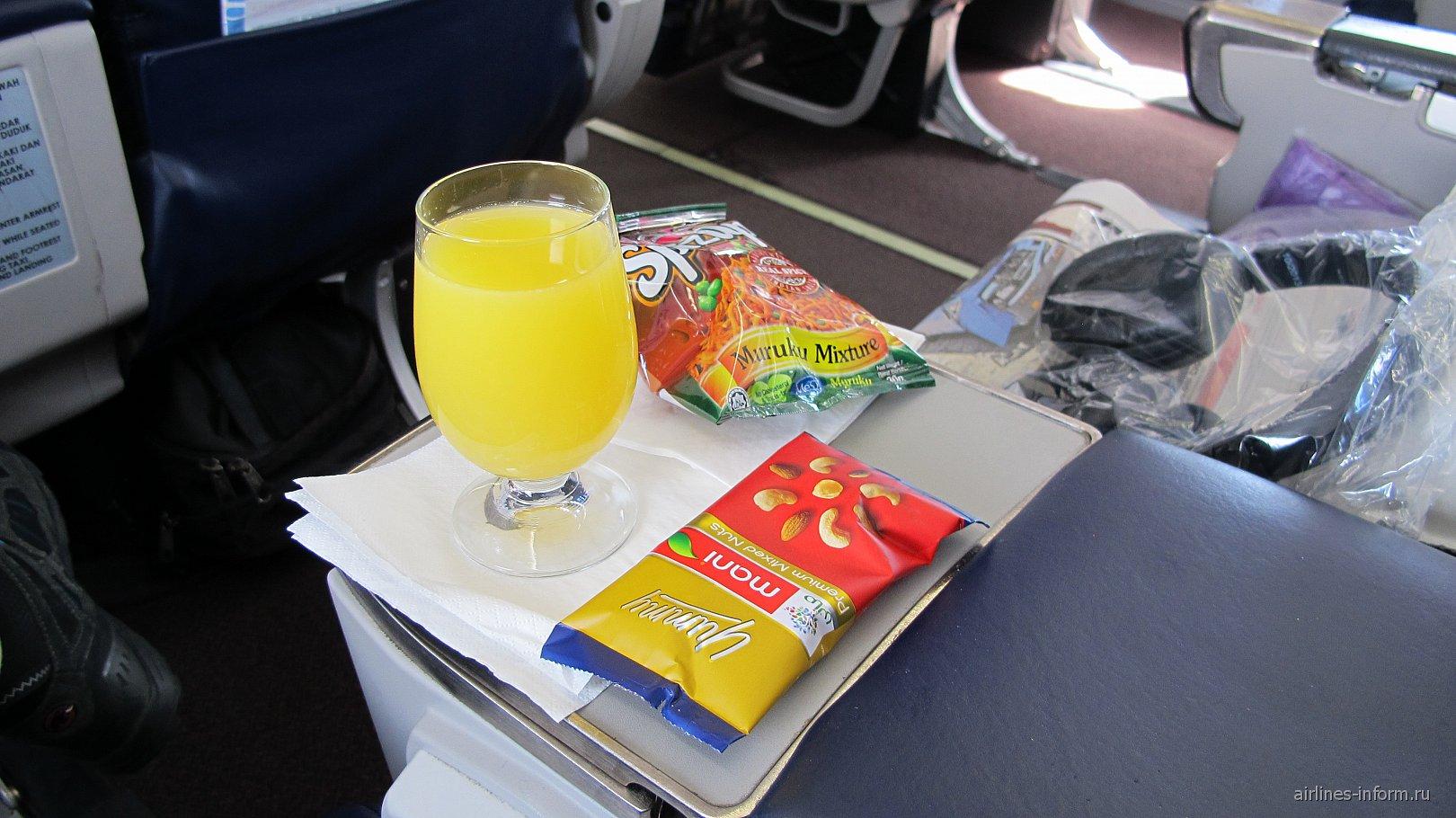 Сок и закуски в бизнес-классе Малайзийских авиалиний