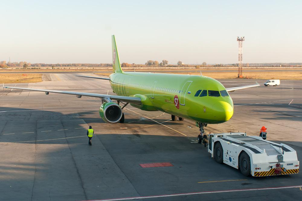 Самолет Airbus A321-211 VP-BPC авиакомпании S7 Airlines в аэропорту Толмачево