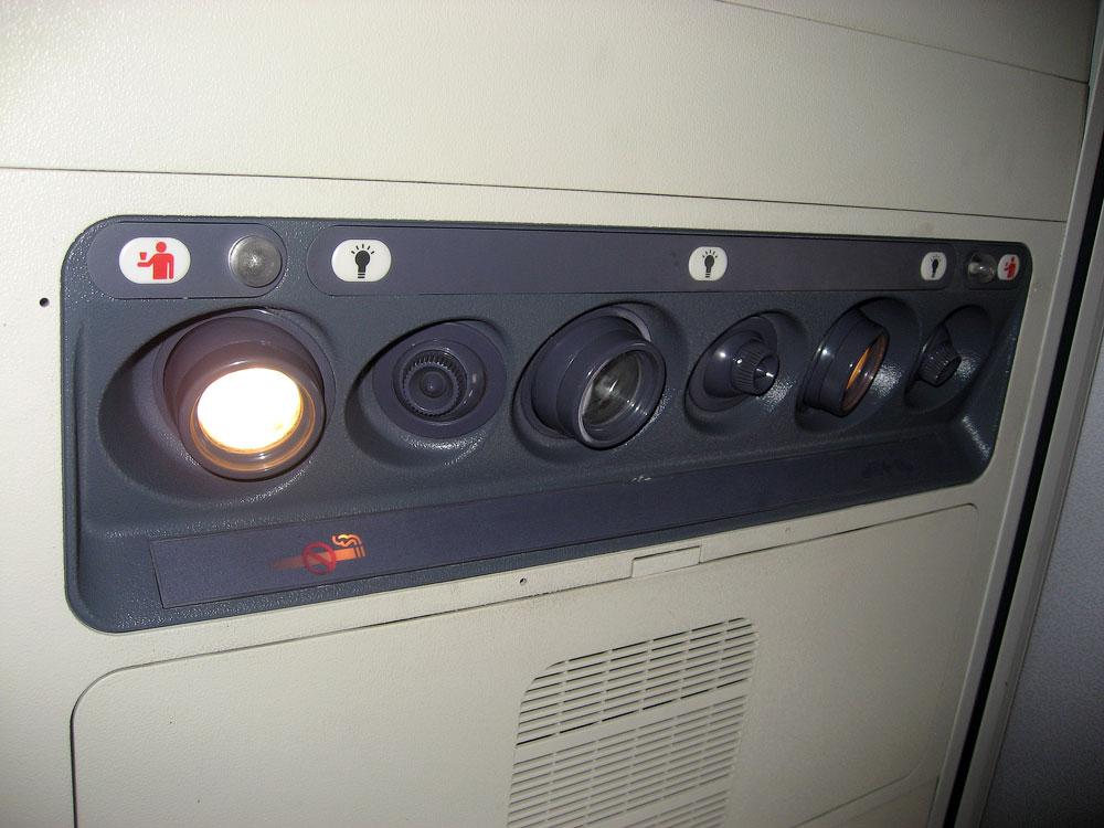 Панель над пассажирским креслом в Боинге-737-500