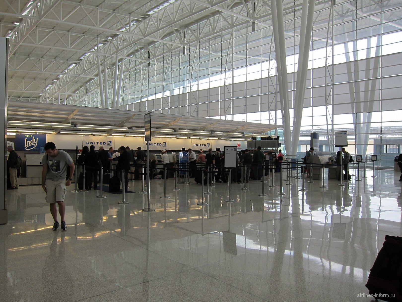 Стойки регистрации авиакомпании United в аэропорту Индианаполиса