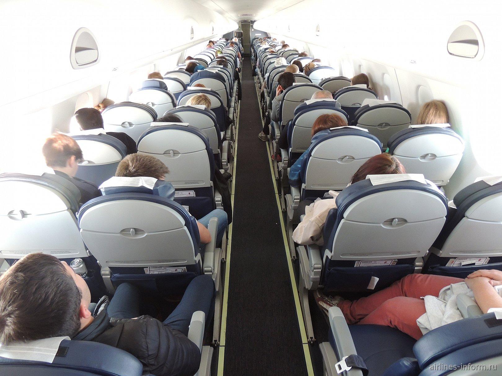 Пассажирский салон самолета Embraer 190 авиакомпании Buta Airways
