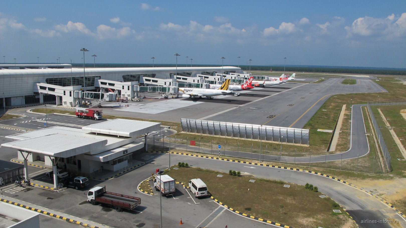 Самолеты у лоукост-терминала KLIA2 аэропорта Куала-Лумпур