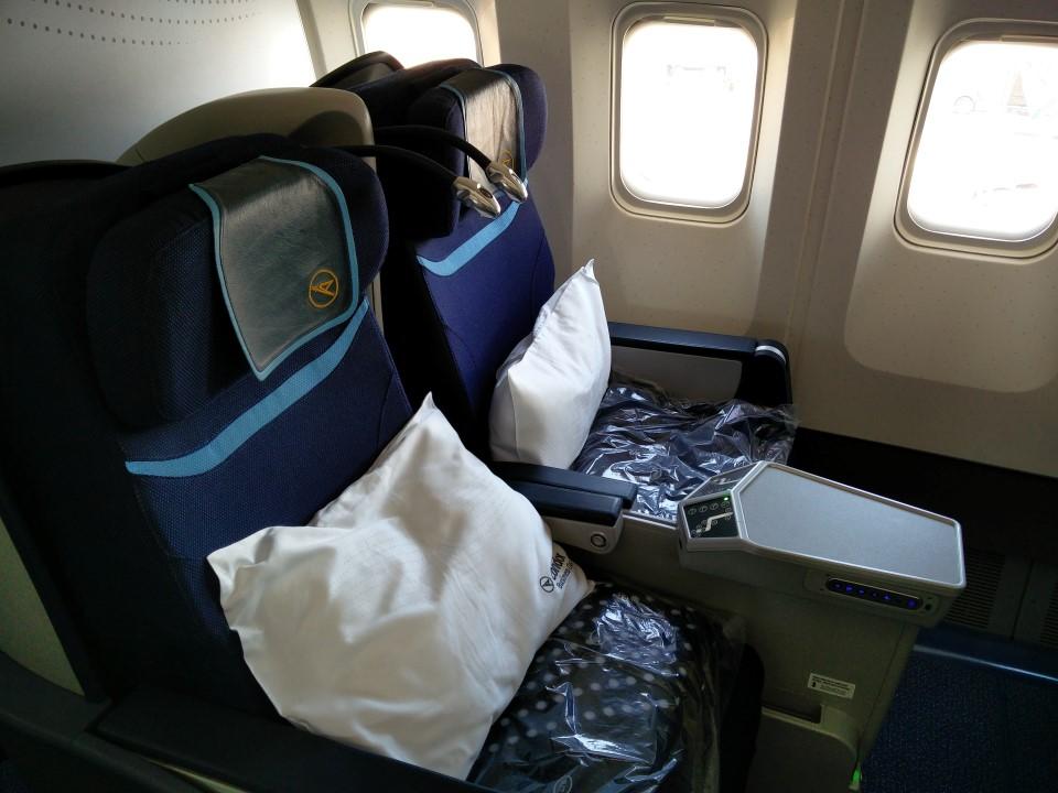 Кресла бизнес-класса в самолете Боинг-767-300 авиакомпании Condor