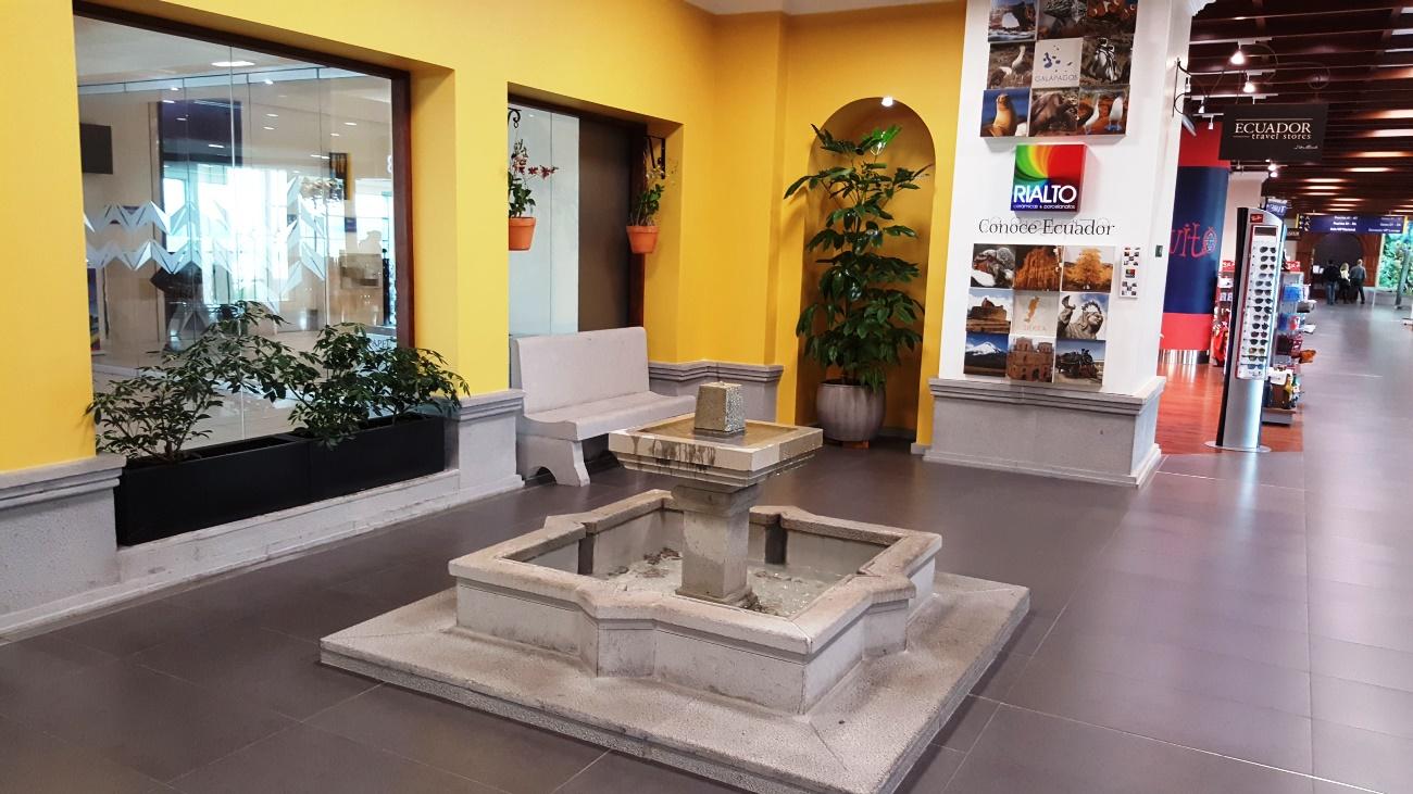 Фонтан в чистой зоне внутренних рейсов аэропорта Кито Марискаль Сукре