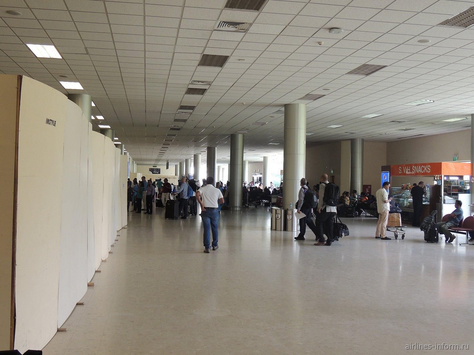 У входа в зал регистрации в аэропорту Коломбо Бандаранайке