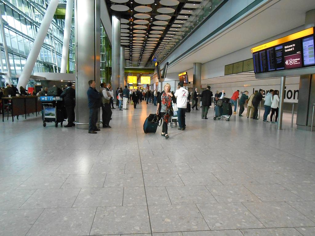 Зал прилета в терминале 5 аэропорта Хитроу