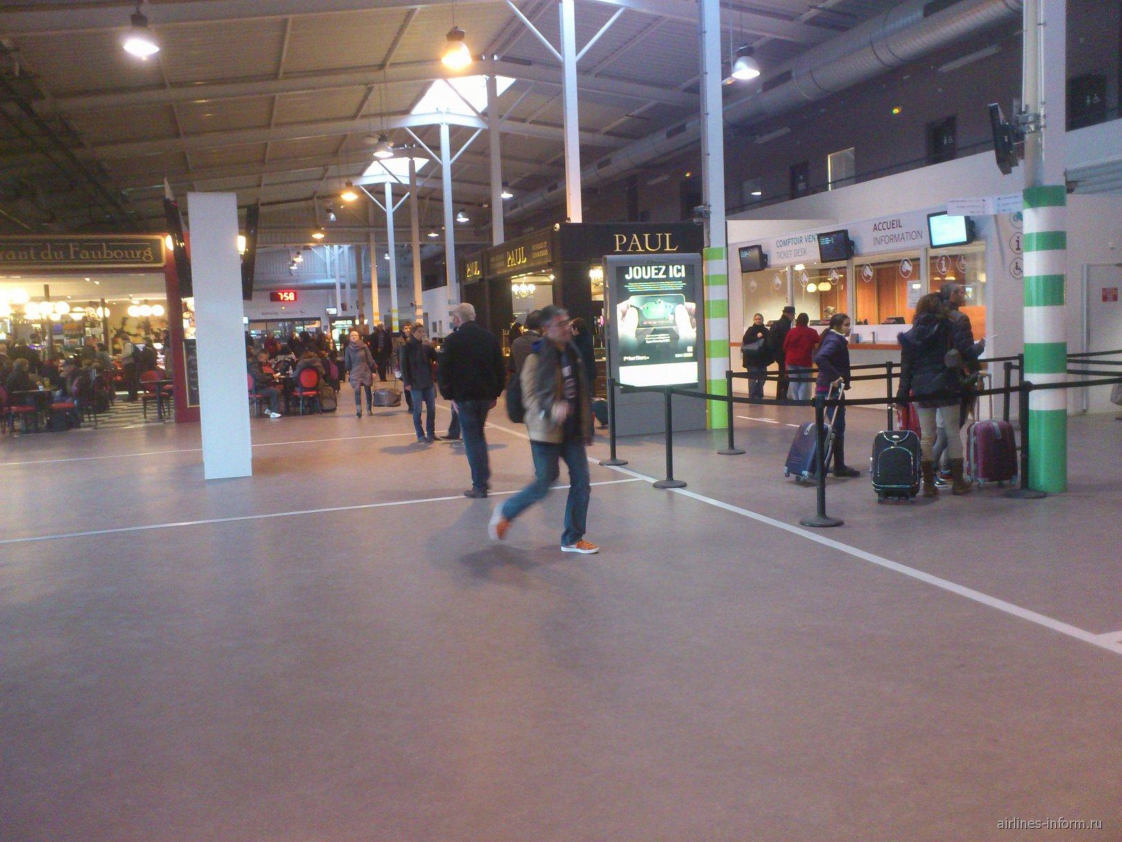 Внутри Терминала 2 аэропорта Париж Бове